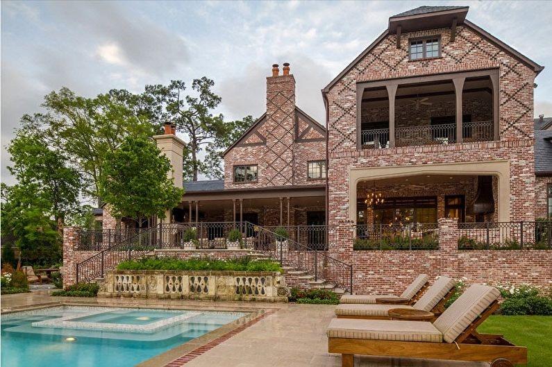 Роскошный двухэтажный кирпичный дом с балконом